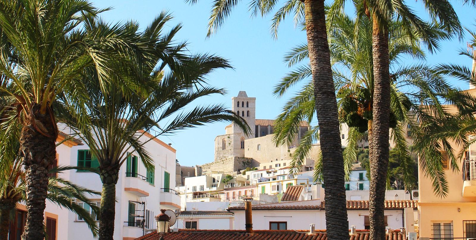 Der Blick auf die Burg der Dalt Vila auf Ibiza