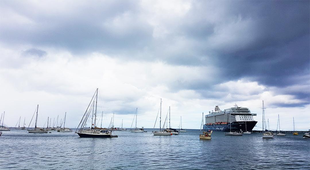 Martinique Hafen mit dunklen Wolken