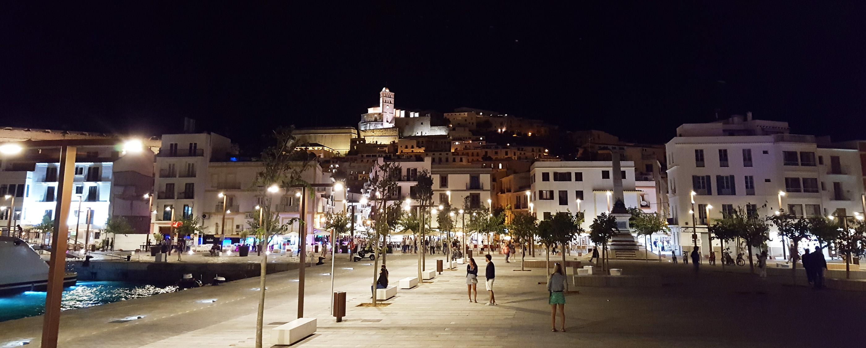 Ibiza Stadt bei Nacht