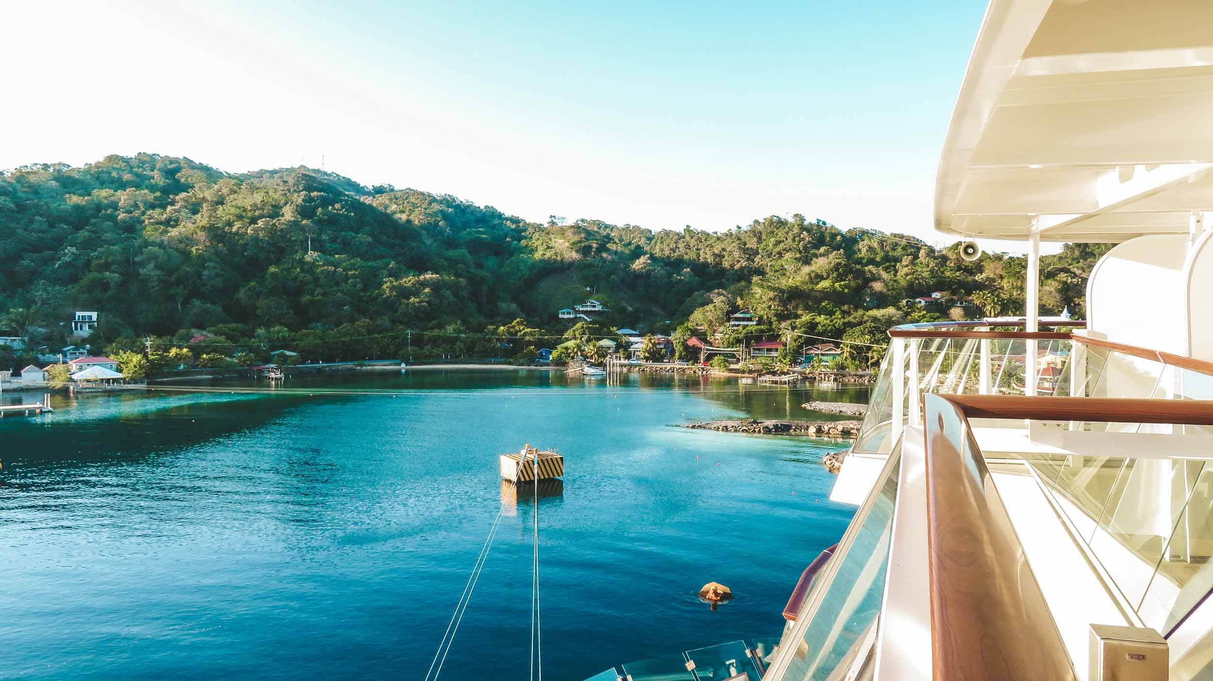Mittelamerika-Kreuzfahrt-Roatan-Honduras-Sonnenuntergang-Schiff